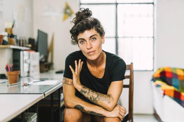porträtt av självsäker kvinnlig professionell hemma - hipster bildbanksfoton och bilder