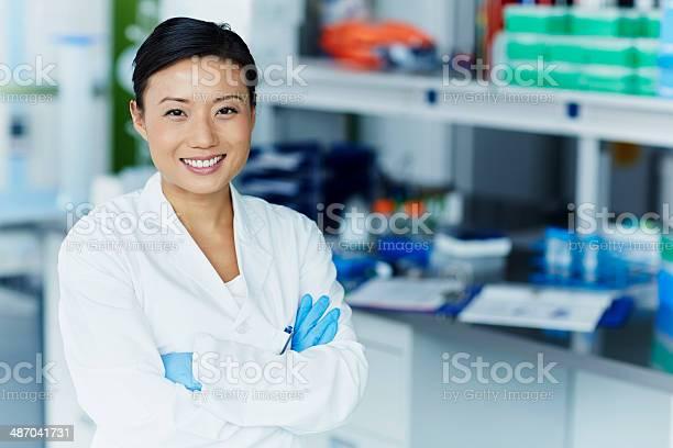 Portrait Of Confident Female Scientist — стоковые фотографии и другие картинки 30-34 года