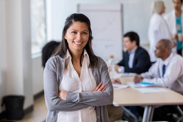 portrait of confident mid adult businesswoman - persona in secondo piano foto e immagini stock