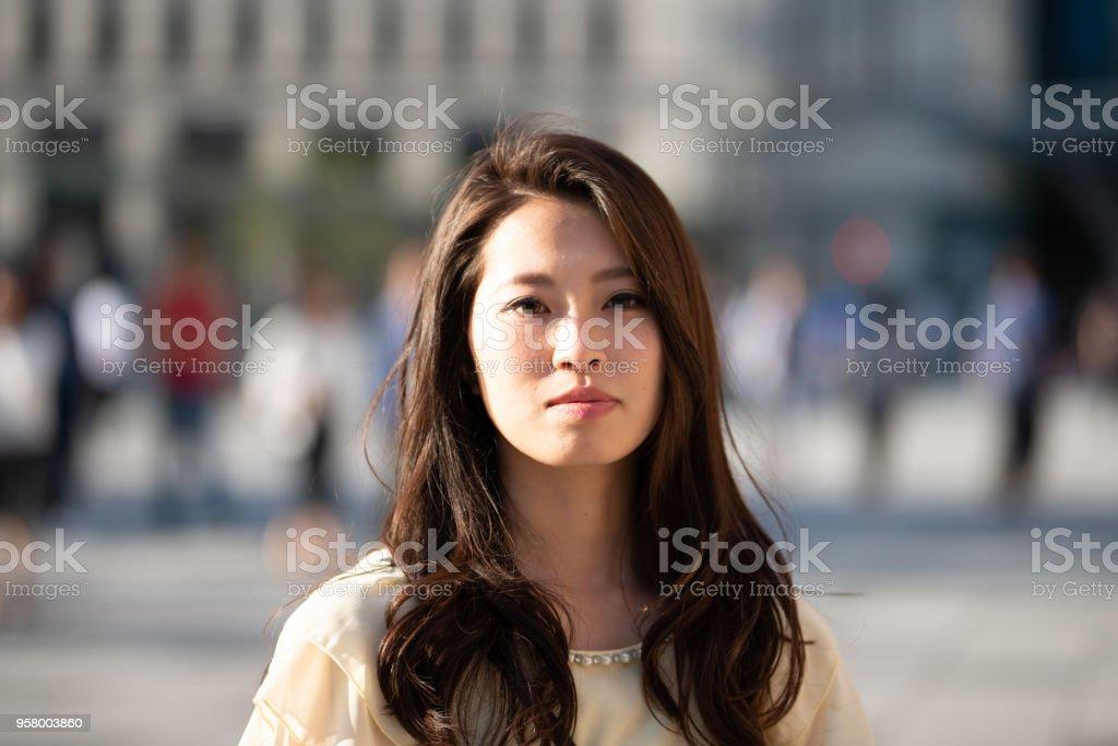 通りに自信を持って女性の肖像画 ストックフォト