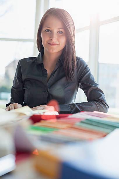 Porträt von überzeugt junge Geschäftsfrau im Büro mit-Einsätze – Foto