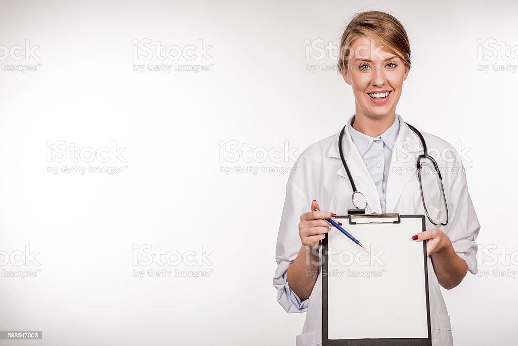 Portrait of confident young medical doctor holding a clipboard photo libre de droits