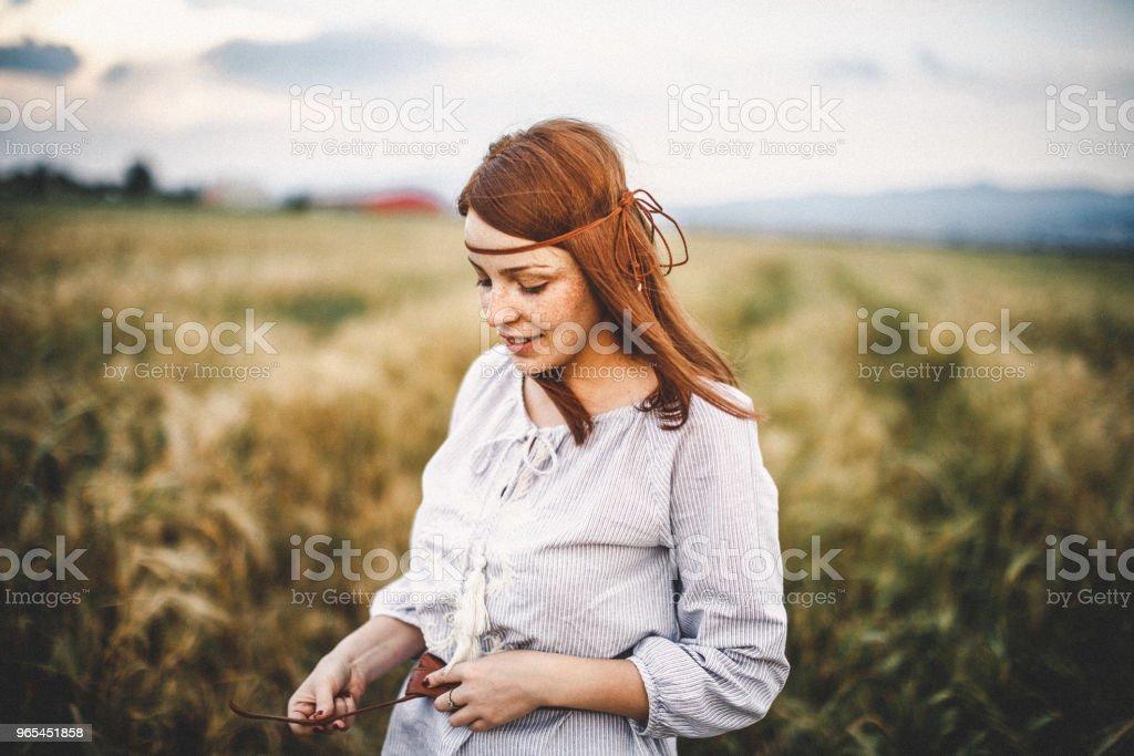 Portrait d'une jeune confiante dans la nature - Photo de Adolescent libre de droits