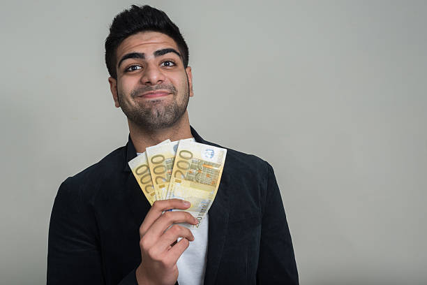 Retrato de empresario holding 200 conman billetes de euro - foto de stock