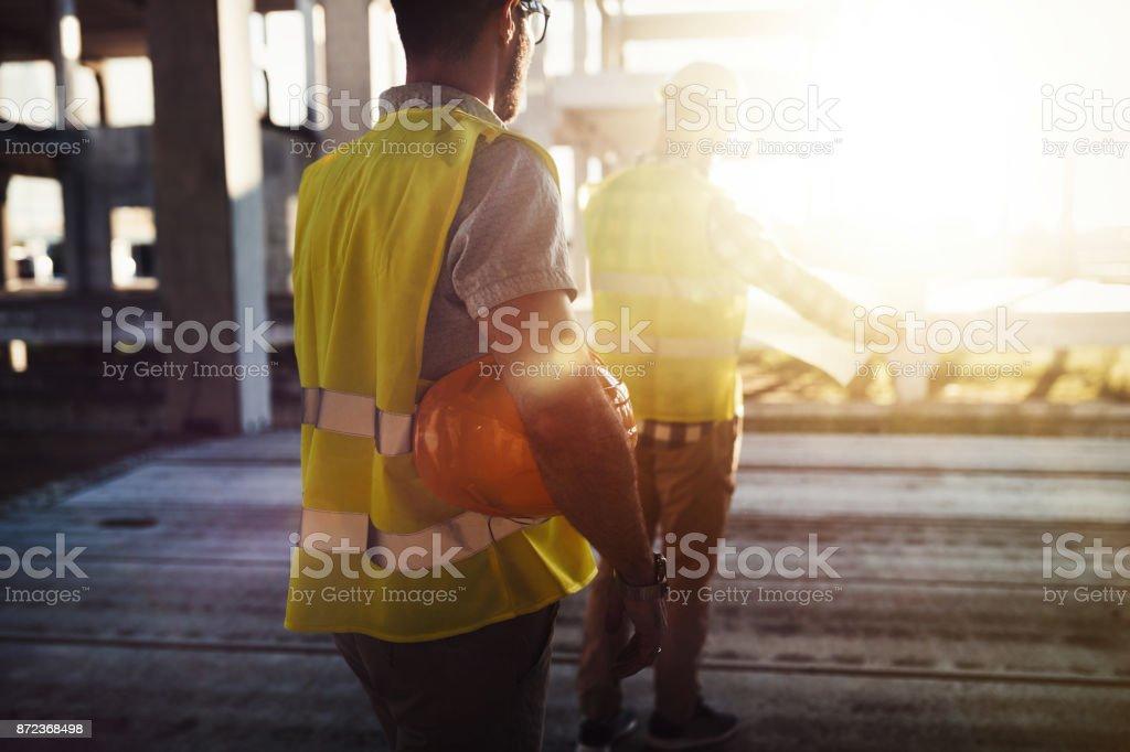 Porträt von Bauingenieuren arbeiten auf der Baustelle – Foto