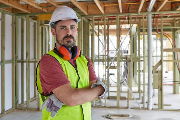 腕を組んで建設労働者の肖像 - 建設作業員 ストックフォトと画像
