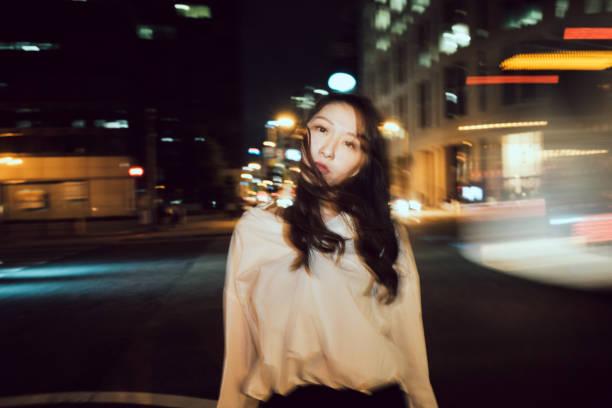 夜の街中で現代の日本の若い女性の肖像画 ストックフォト