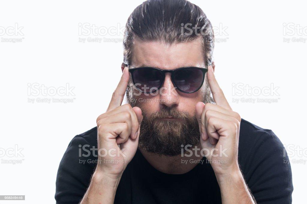 39058e893c09ba Porträt von cool ernster Mann mit Sonnenbrille isoliert auf weißem  Hintergrund Lizenzfreies stock-foto