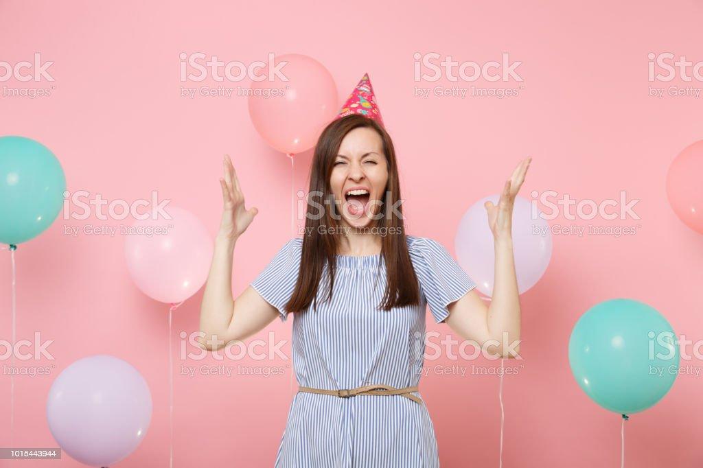 Portrat Der Verruckte Junge Frau In Geburtstag Hut Und Blauen Kleid