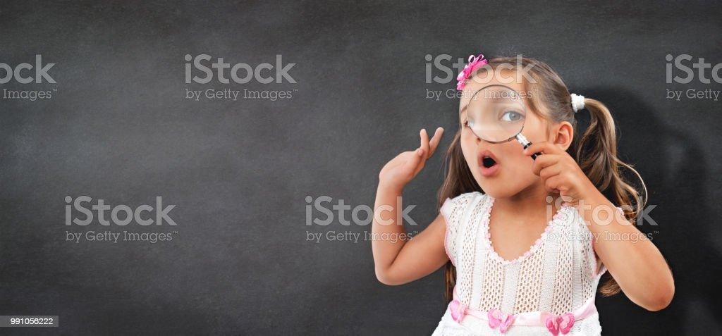 Porträt von neugierigen kleinen Kind Mädchen Blick durch die Lupe – Foto