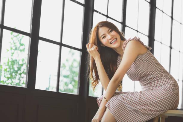 コーヒー ショップやコピー スペースを持つ近代的なオフィスで笑っているかわいいと美しいアジア女の子の肖像画。幸せな人、現代のライフ スタイル、女性ファッション広告コンセプト - 夏のファッション ストックフォトと画像