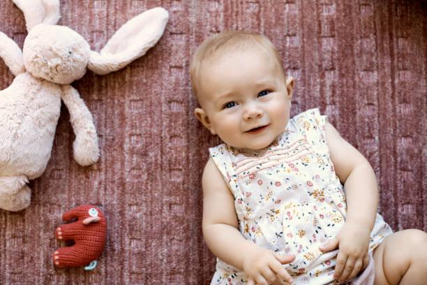 Porträt von niedlichen Baby-Mädchen liegen mit Spielzeug Tiere – Foto