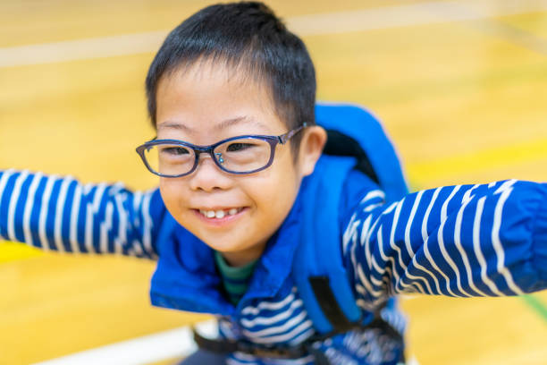 ダウン症のかわいい子供の肖像 - disabilitycollection ストックフォトと画像