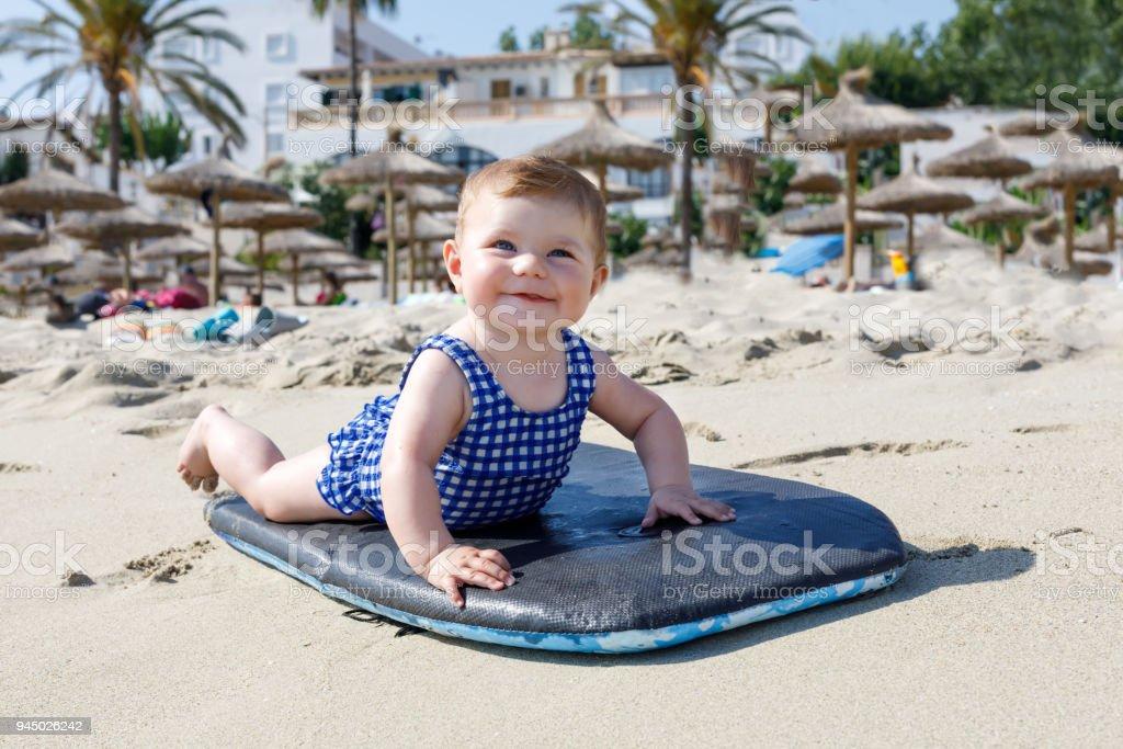 Porträt der niedliche kleine Baby Mädchen im Badeanzug am Strand im Sommer. – Foto