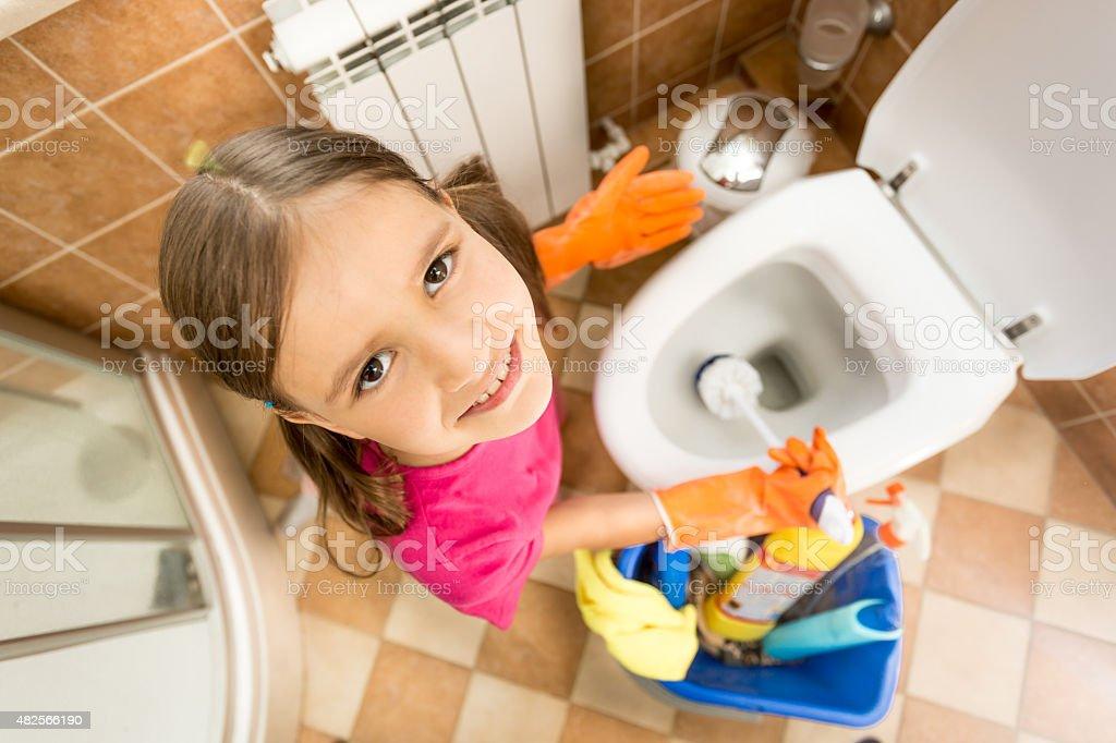 devushka-moet-tualet