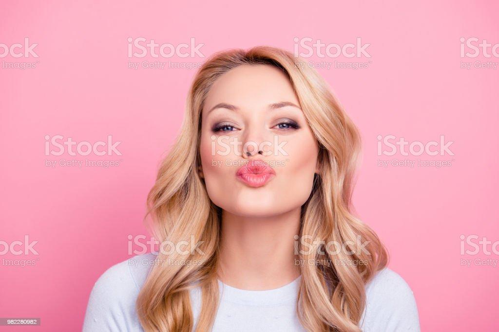 Porträt von niedlichen schönen Mädchen im casual-Outfit mit modernen Frisur sendenden blowing Kuss mit Schmollmund Lippen Blick in die Kamera, die auf Rosa hintergrund isoliert. Zuneigung-Gefühle-Konzept – Foto