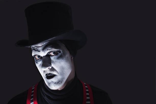 porträt von dunklen pantomime - horror zirkus stock-fotos und bilder