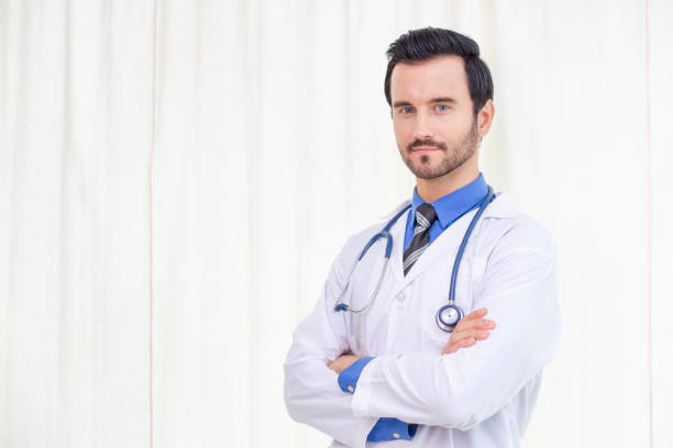 Porträt von Arzt und posieren zusammen im Krankenhaus. Menschen mit medizinischen Konzept. – Foto
