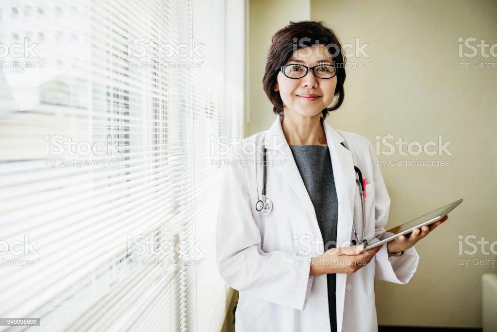 持有剪貼簿的醫生肖像圖像檔