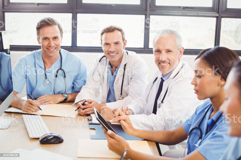 Konferans odasında gülümseyen doktorlar portresi royalty-free stock photo