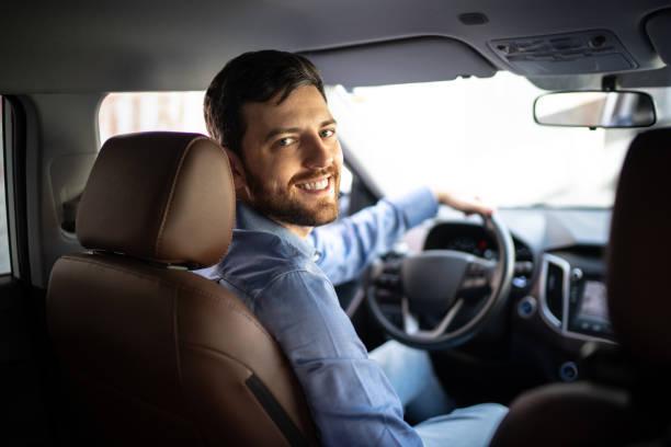 porträt des fahrers lächelnd - berufsfahrer stock-fotos und bilder