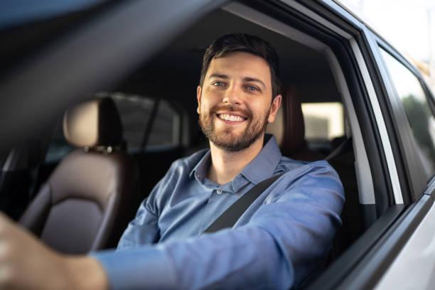 retrato del conductor sonriendo - conducir fotografías e imágenes de stock