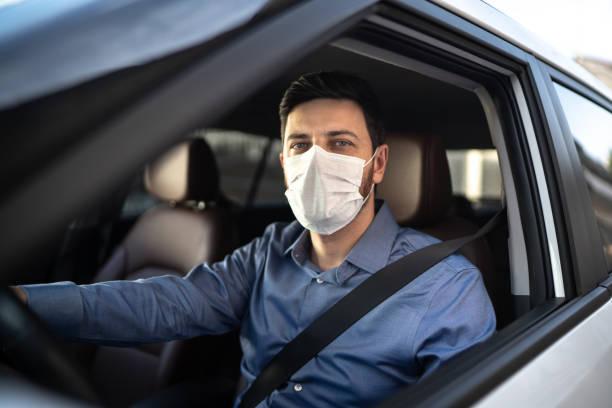 retrato del conductor con máscara médica protectora - conducir fotografías e imágenes de stock