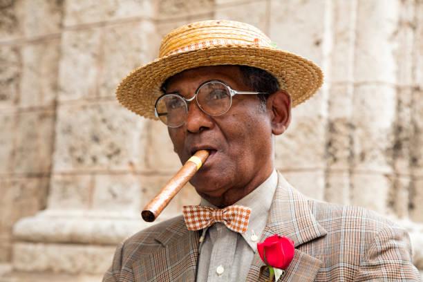 portrait of elderly gentleman with cigar, havana, cuba - guy with cigar stockfoto's en -beelden