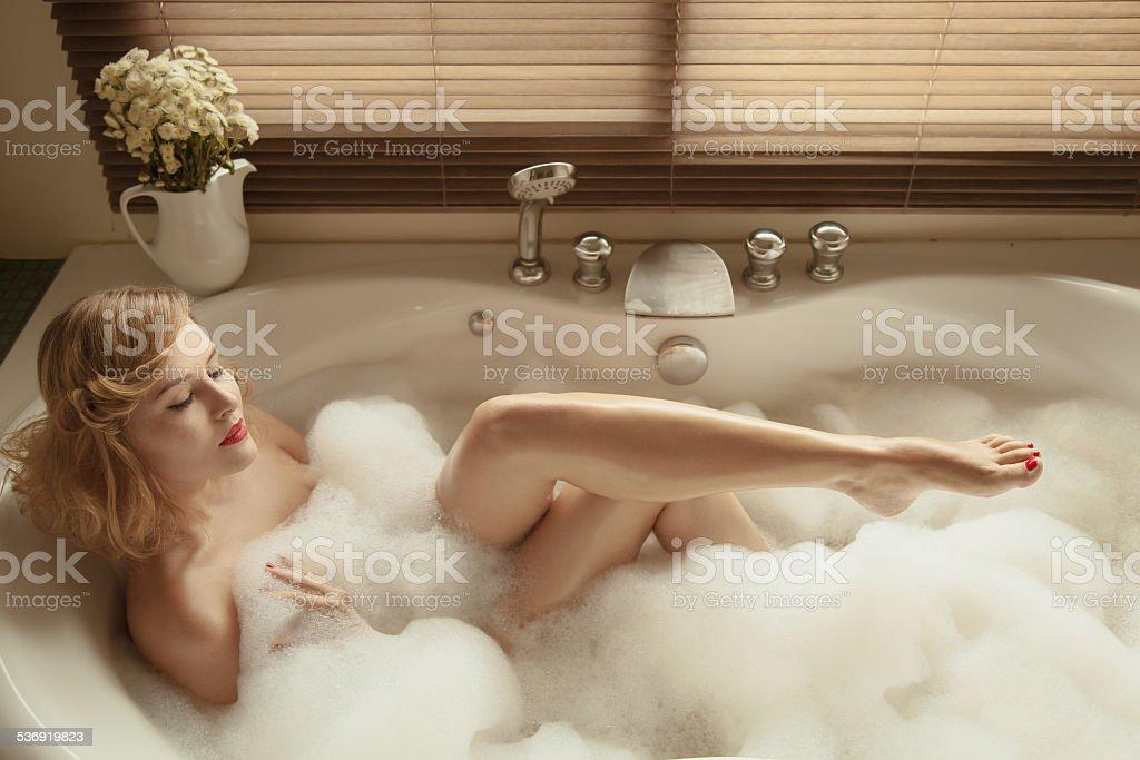 Porträt der elegante schöne Frau Entspannung in einem spa-Bad – Foto