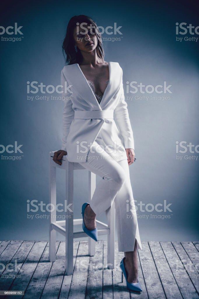 Porträt von eleganten weiblichen sitzen auf hohen Stuhl - Lizenzfrei Babystuhl Stock-Foto