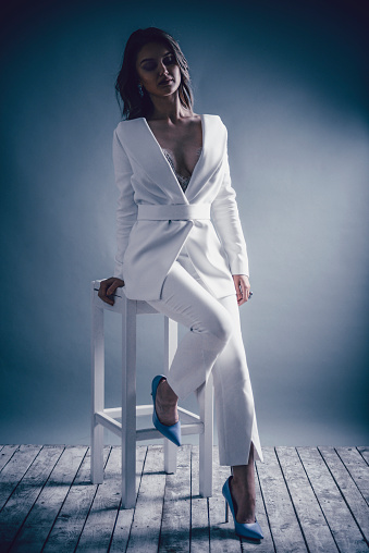 Porträt Von Eleganten Weiblichen Sitzen Auf Hohen Stuhl Stockfoto und mehr Bilder von Babystuhl