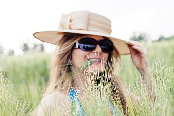 porträt von elegante frau in einem wheat field - jagd kranz stock-fotos und bilder