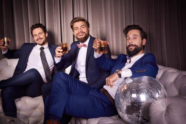 Porträt der elegante Herren mit Whiskey im Night club – Foto