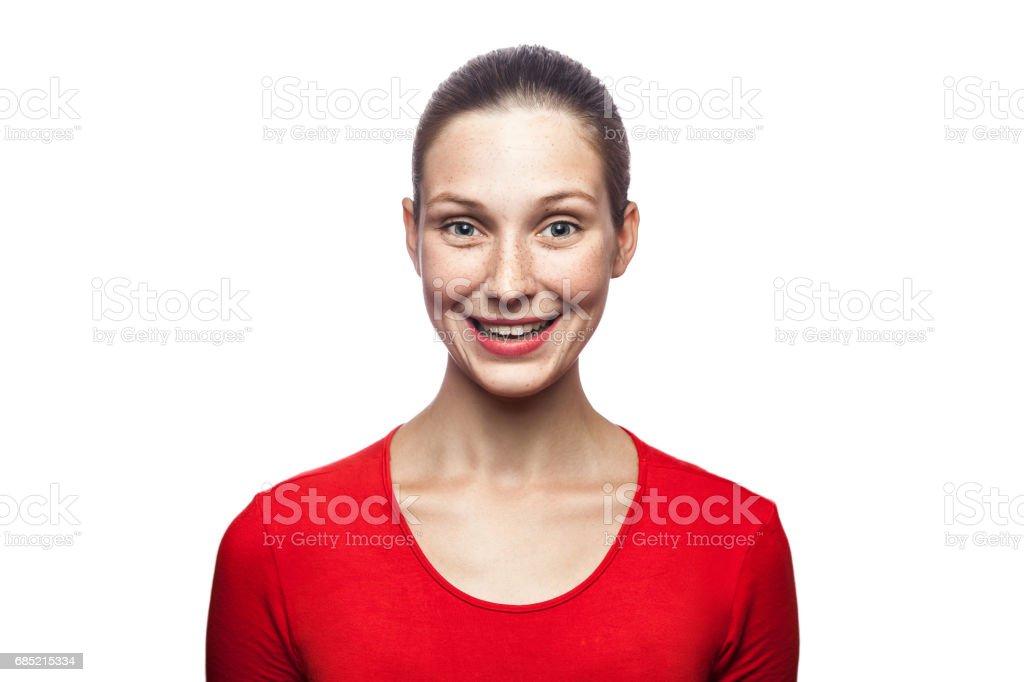 Portrait von emotionalen Frau mit Sommersprossen und roten t-shirt – Foto