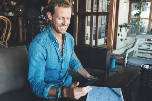 Porträt des Unternehmers arbeiten im Straßencafé – Foto
