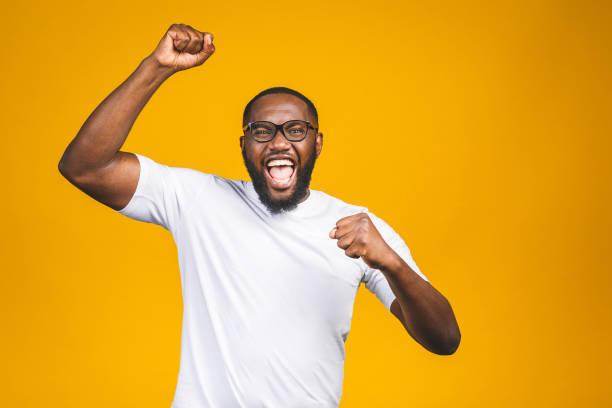 retrato do macho novo excited do americano africano que grita no choque e no espanto. o homem surpreendido que olha imprimido, não pode acreditar sua própria sorte e sucesso - excitação - fotografias e filmes do acervo