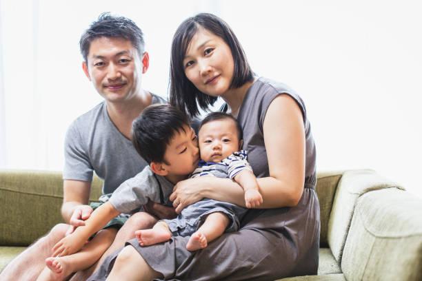Retrato da família em casa - foto de acervo