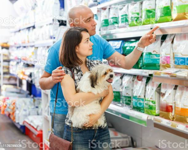 Portrait of family couple with dog choosing dry food in pet store picture id1129299328?b=1&k=6&m=1129299328&s=612x612&h=9nmotjat3hkgv9dh4oxdhnjf4t5uzpgl9or2q5n0pzu=