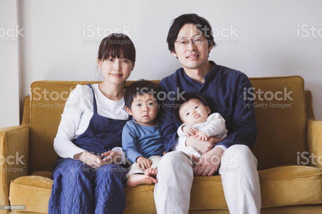 ソファーに座って家族の肖像 ストックフォト