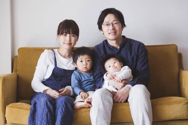 ソファーに座って家族の肖像 - 家族 日本人 ストックフォトと画像