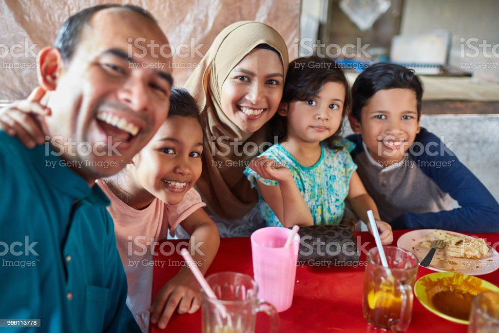 Portrait of family smiling in restaurant - Royalty-free 10-11 Anos Foto de stock