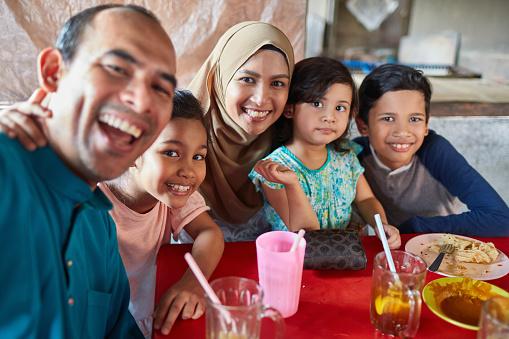 Porträtt Av Familj Leende I Restaurang-foton och fler bilder på 10-11 år