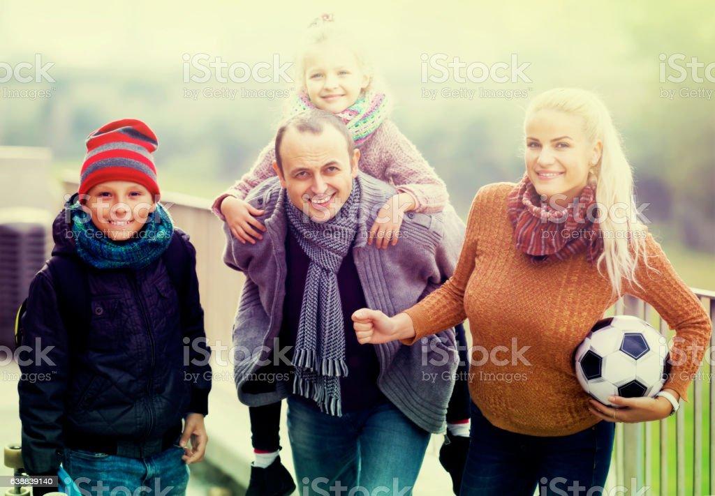 Retrato de família com dois filhos ao ar livre - foto de acervo