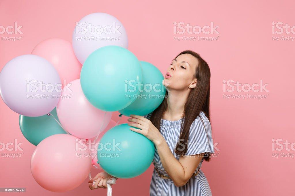 7acb07dbf Retrato de la fascinante joven tierna vestido azul sosteniendo globos  colores aislados sobre fondo brillante tendencias