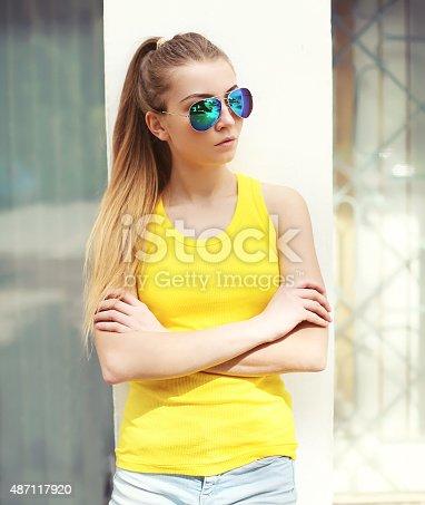 9a2fa4e33e 487086034istock Retrato de una chica de moda usando gafas de sol y camiseta  487117920