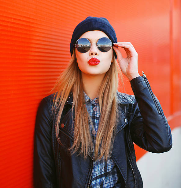 retrato de moda de chica rubia con el uso de un lápiz labial rojo - moda de otoño fotografías e imágenes de stock