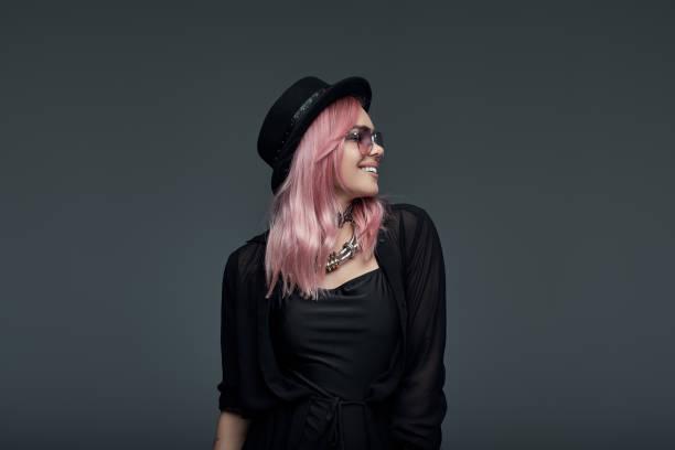 porträt von modische mädchen mit rosa haaren - sternenkinder tattoo stock-fotos und bilder