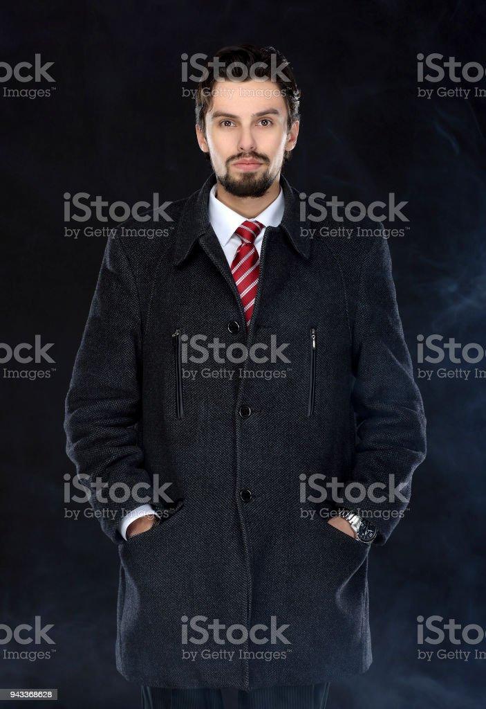Retrato De Moda Hombre Bien Vestido Con Barba Posando Al