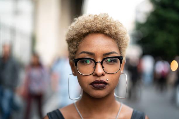 城市時尚女性肖像 - 短毛 個照片及圖片檔
