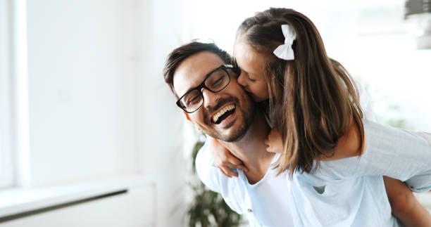 retrato de padre e hija jugando en casa - hija fotografías e imágenes de stock